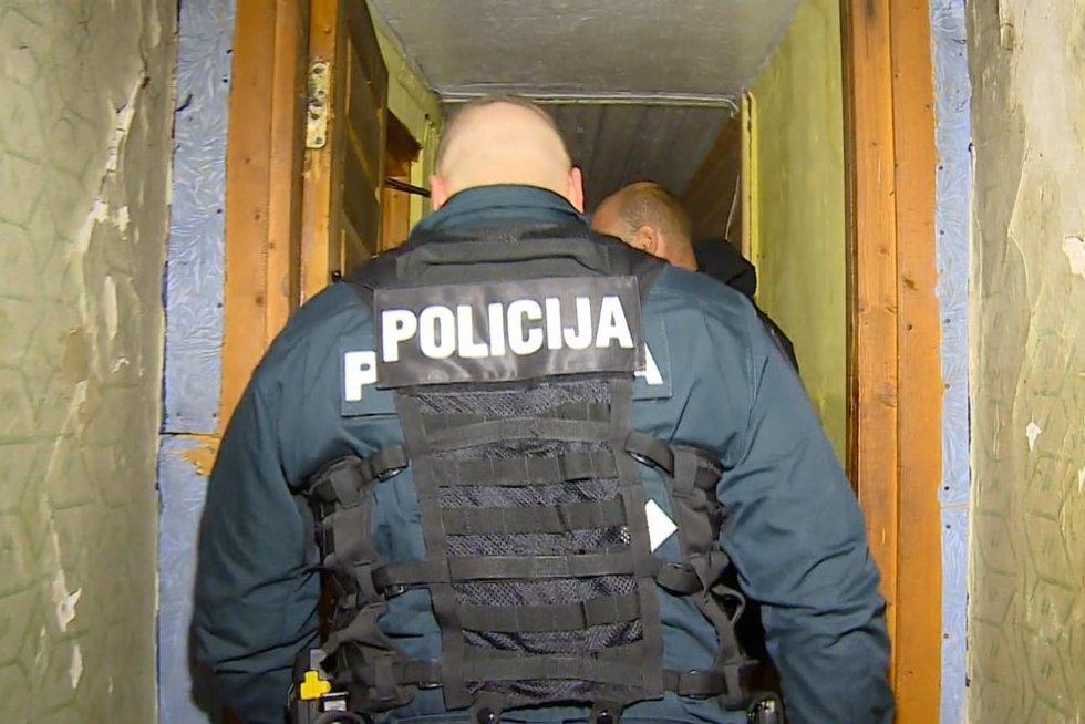 Dėl tų pačių vyrukų policija gavo net du iškvietimus: pareigūnai reagavo greitai (nuotr. stop kadras)