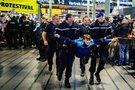 Olandų policija Schipholio oro uoste areštavo kelis klimato protestuotojus (nuotr. SCANPIX)
