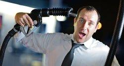 Kodėl pingant naftai už kurą mokame tiek pat?