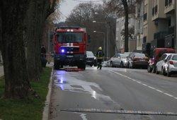 Joniškio rajone gausios ugniagesių pajėgos gesina užsiliepsnojusį pastatą