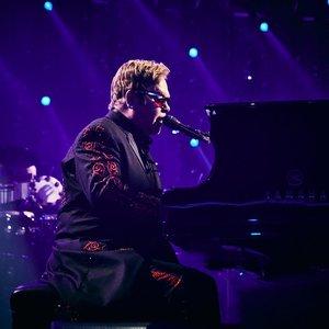Dėl ligos Eltonas Johnas turėjo nutraukti pasirodymą: nesutramdė ašarų
