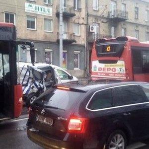 Vilniuje avarija prie Žaliojo tilto: susidūrė du autobusai ir automobilis