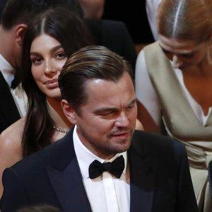 DiCaprio pirmąkart viešai pasirodė su mergina, bet ant raudonojo kilimo kartu nepozavo