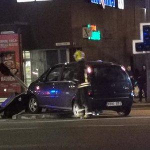 Vilniuje automobilis rėžėsi į šviesoforą