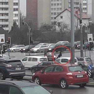 Nufilmuota avarijos akimirka Vilniuje: per perėją bėgusi moteris pakliuvo po automobiliu