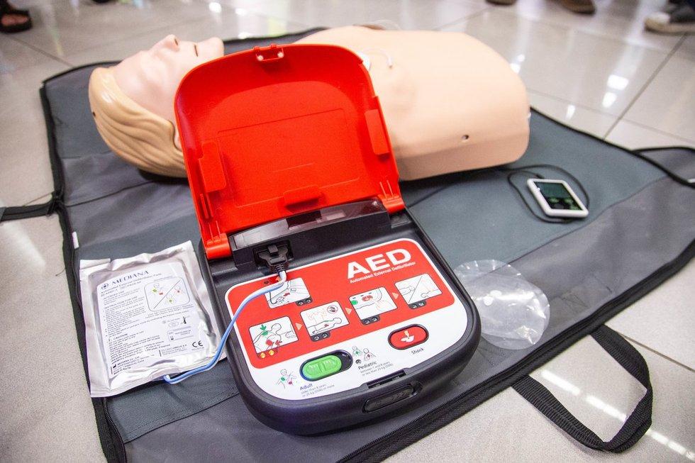 """""""Rimi"""" prekybos tinklo parduotuvėse pradėti įrenginėti defibriliatoriai (nuotr. Fotodiena/Justino Auškelio)"""