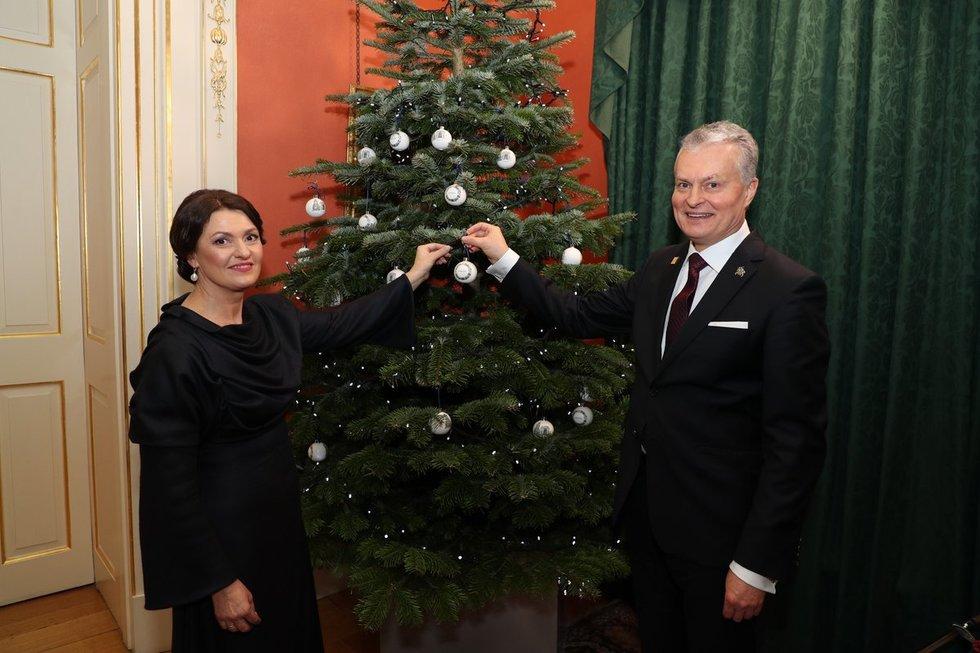 Gitanas ir Diana Nausėdos dalyvavo karalienės priėmime (LR Prezidentūros nuotr.)