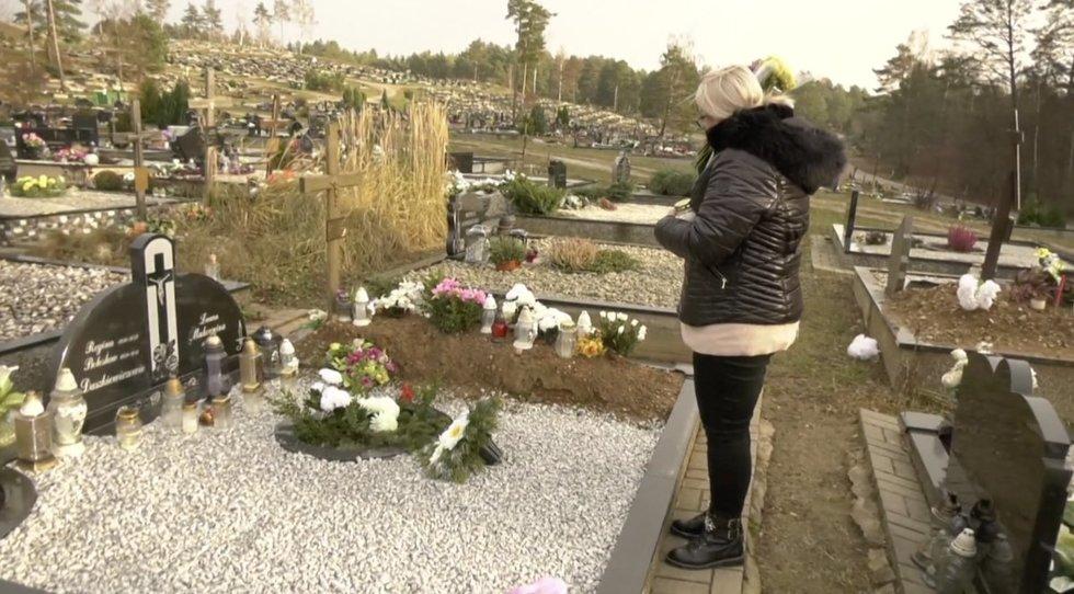 Eva prie savo sesers kapo