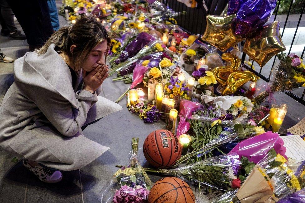 Sirgaliai gedi žuvusio Bryanto ir kitų aukų.