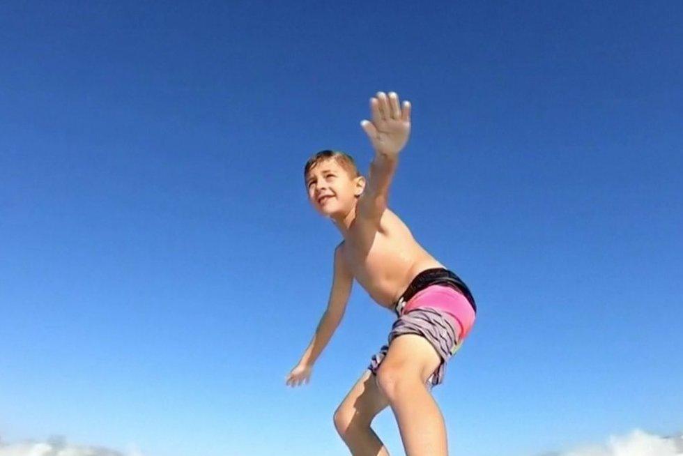 Berniukas ant bangelntės (nuotr. stop kadras)