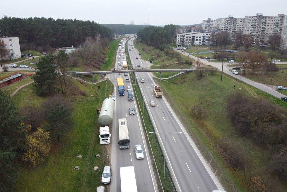 Vilniuje sunkvežimis užstrigo po pėsčiųjų tiltų (nuotr. TV3)