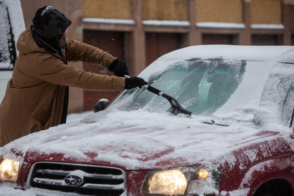 Užšalę automobiliai langai (Fotobankas)