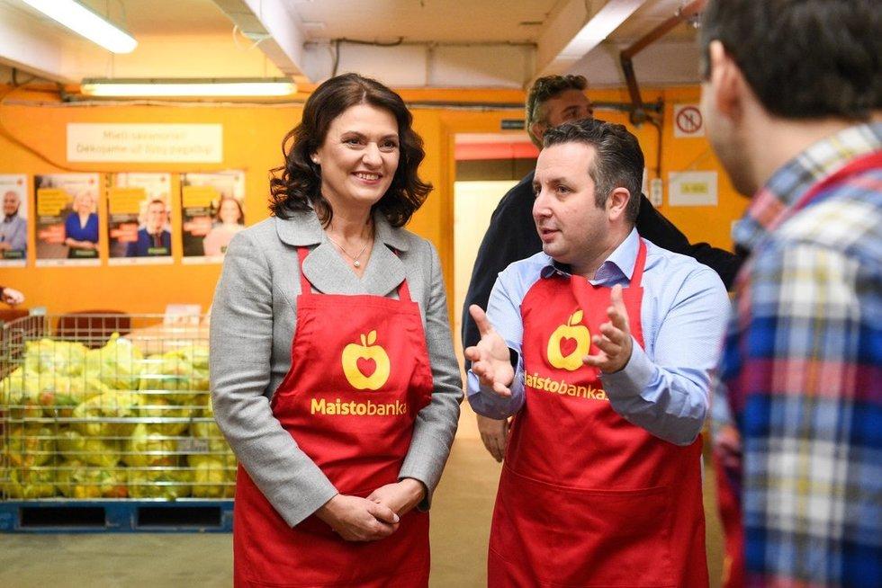 """Diana Nausėdienėsavanoriavo""""Maisto banko"""" Vilniaus padalinyje(nuotr. Robertas Dačkus)"""