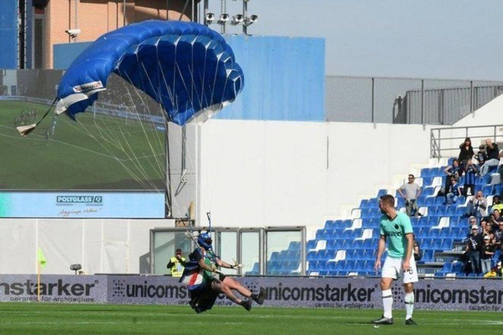 Parašiutininkas sutrikdė Italijos lygos mačą (nuotr. SCANPIX)