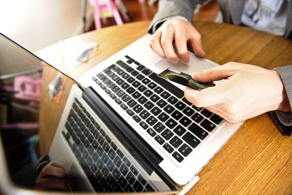 Dirba kompiuteriu (nuotr. Fotodiena.lt)
