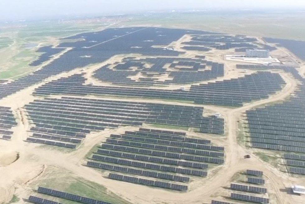 Didžiulė saulės jėgainė-panda (nuotr. TV3)