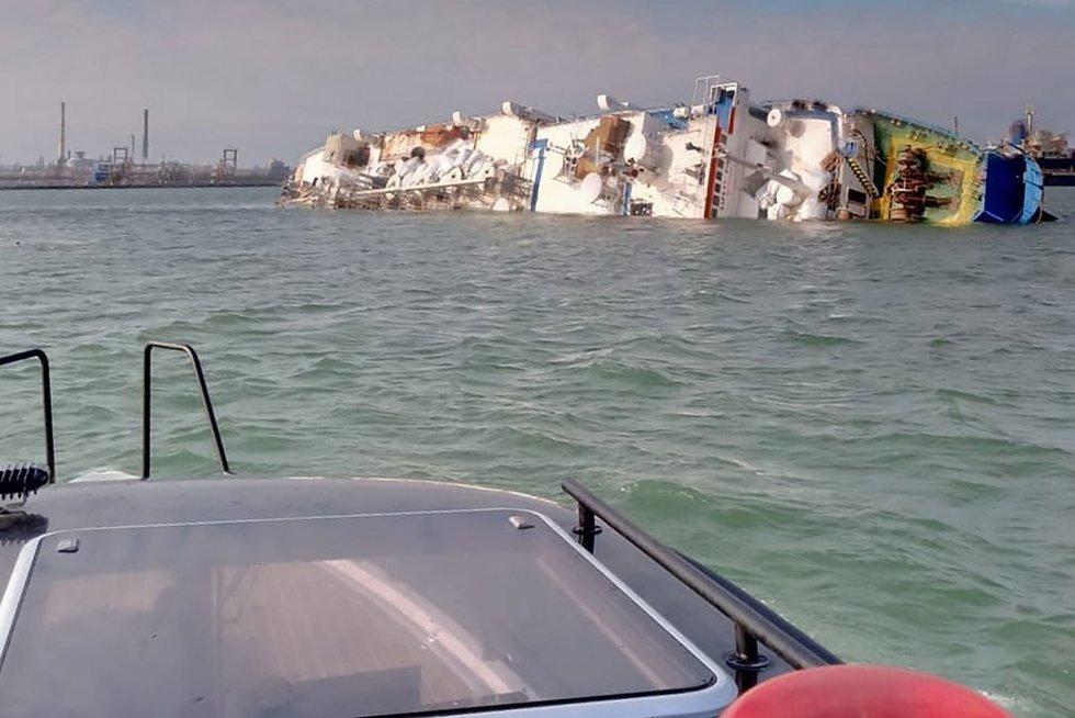 Netoli Rumunijos krantų apvirto laivas (nuotr. Scanpix)