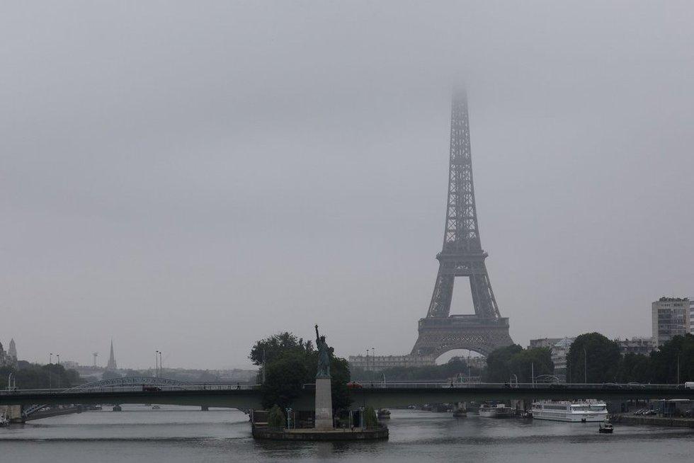 Eiffelio bokštą juos ne metalinė tvora, o stiklo sienos (nuotr. SCANPIX)