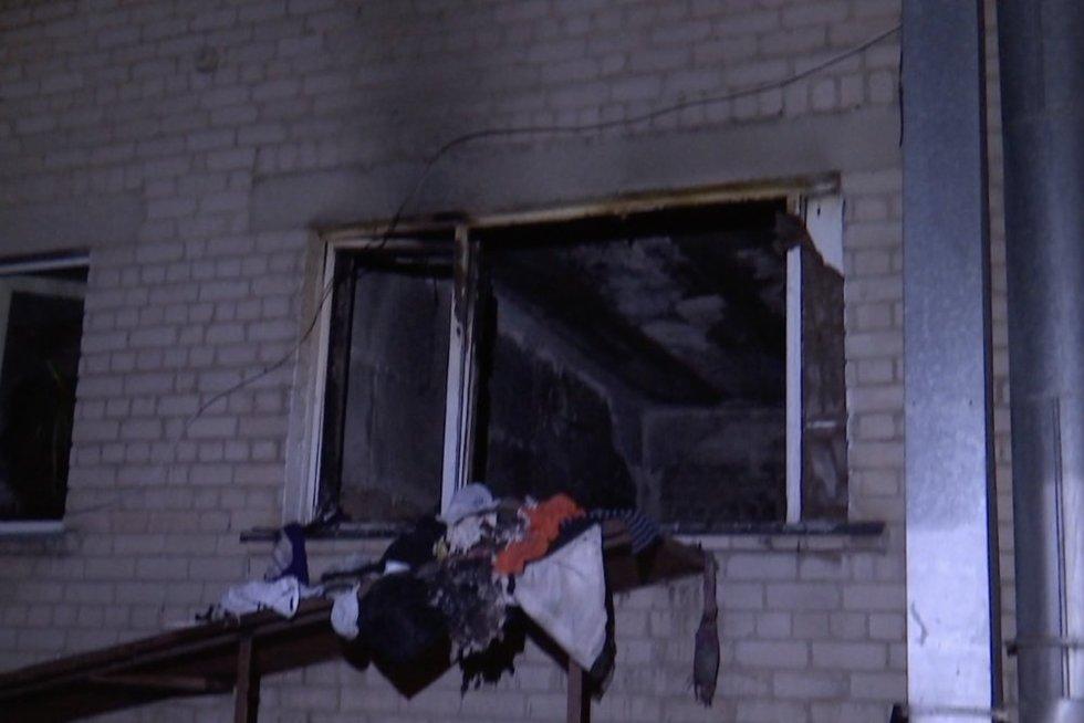 Pakaunėje buto gaisras pražudė kaimyną (nuotr. stop kadras)