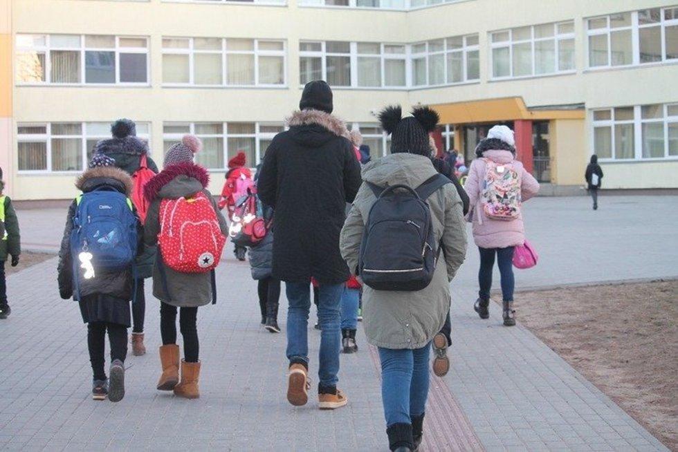 Vaikai eina į mokyklą (R. Genienės nuotr.)