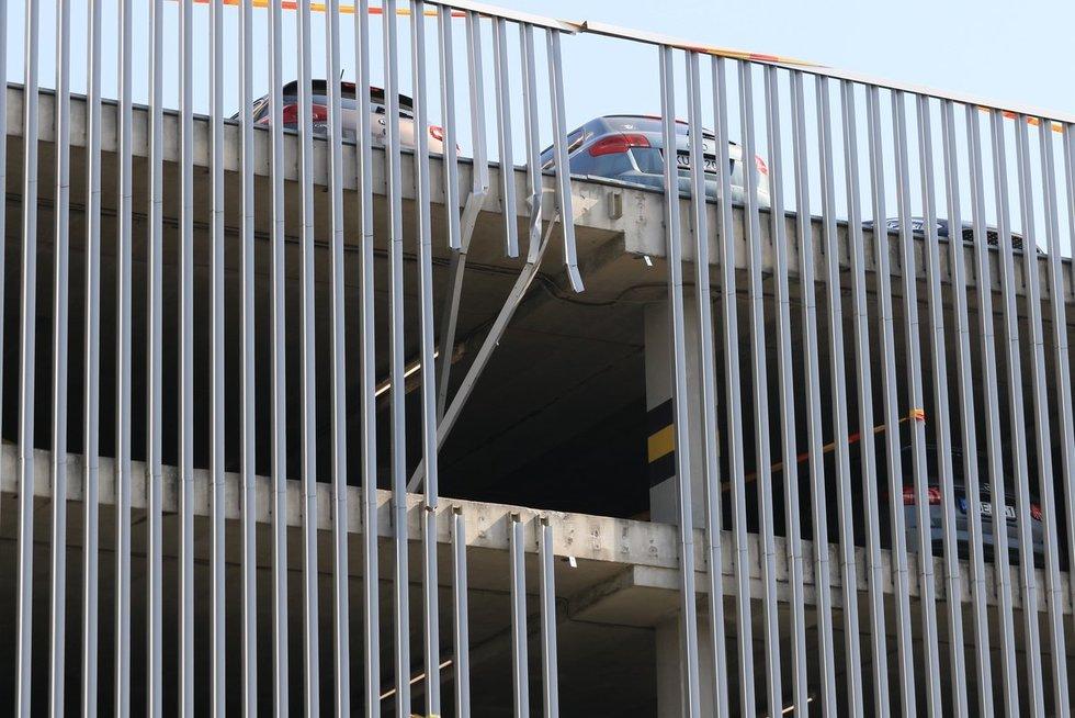Vilniuje iš 3 aukšto iškrito BMW (nuotr. Broniaus Jablonsko)