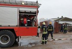 Gaisras Vilkaviškyje: užvirinus garažo duris įsiplieskė ugnis, tarnyboms jas teko pjaustyti