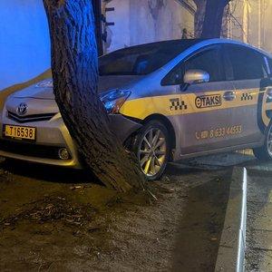 Vilniaus senamiestyje taksi trenkėsi į sieną ir medį