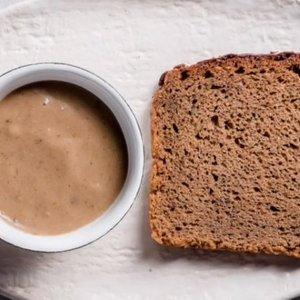 Parodė, kaip pagaminti juodos duonos padažą: tiks prie mėsos