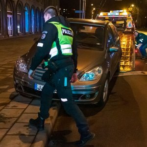 Girta vairuotoja Vilniuje trenkėsi į stulpą