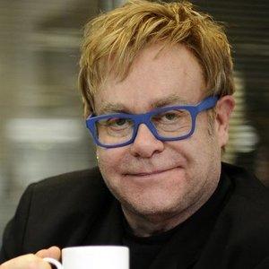 72-ejų atlikėjas Eltonas Johnas dėl ligos atšaukė koncertus