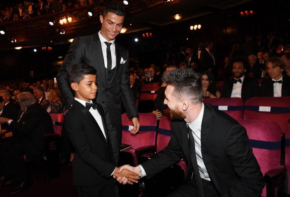 Cristiano Ronaldo su sūnimi ir Lionelis Messi (nuotr. SCANPIX)