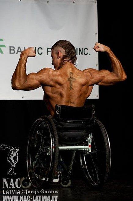 Viktoras pasakoja, kad judėjimas su vežimėliu nesukelia diskomforto.