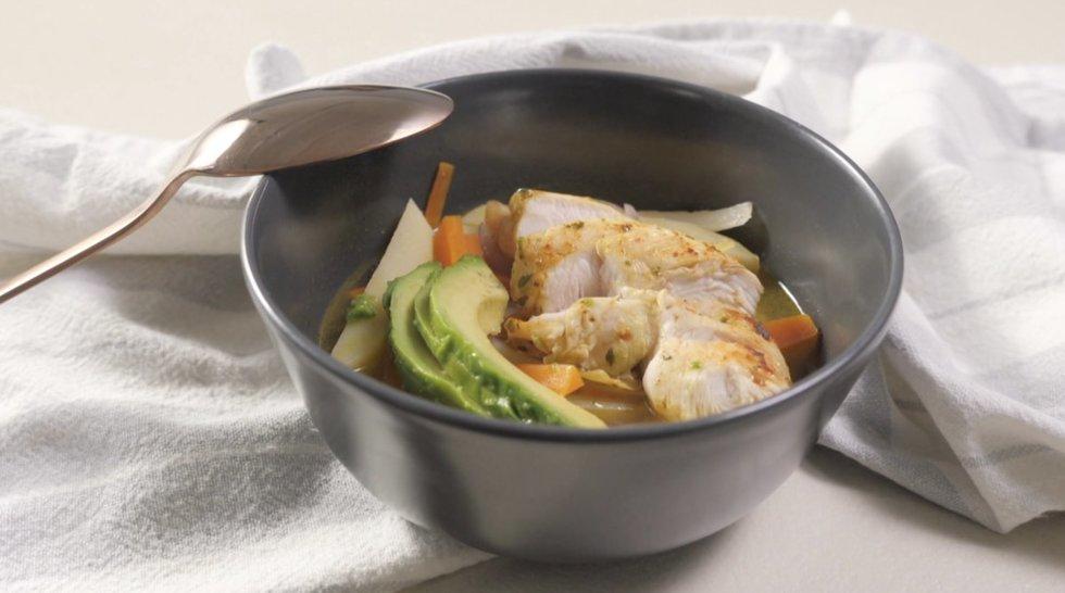 Vištienos ir daržovių sriubą su avokadais