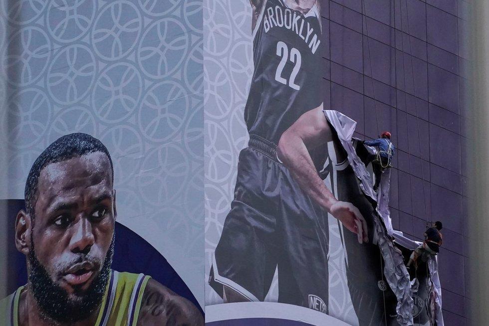 Kinai nuima reklaminius NBA plakatus (nuotr. SCANPIX)