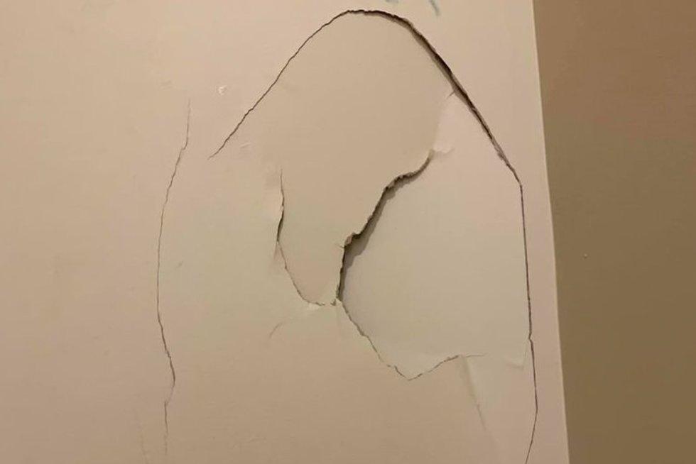 9-metė sienoje išmušė skylę: mamos reakcija sujaudino tūkstančius