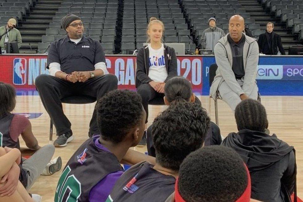 J. Jocytė tarp buvusių NBA krepšininkų (nuotr. Twitter)