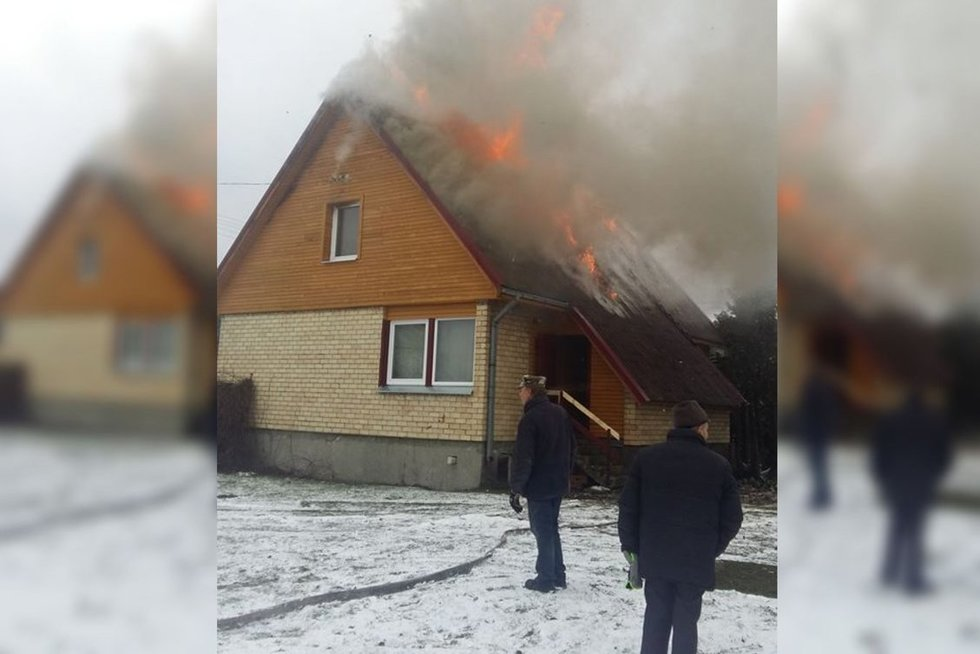Gaisras pasiglemžė Trakų rajone esantį namą  (nuotr. facebook.com)