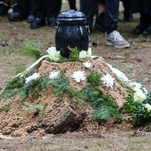 Poetas Navakas atgulė amžino poilsio: kapą nuklojo balti gėlių žiedai