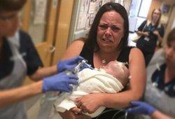 Užfiksavo itin skaudų atsisveikinimą – kūdikio širdis sustojo mamai ant rankų