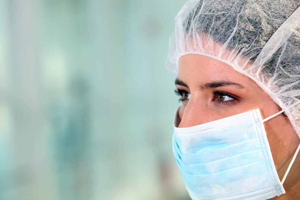 Moteris su medicinine kauke