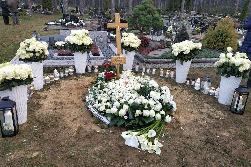 Cololo atgulė amžino poilsio: kapą nuklojo gėlių jūra (nuotr. tv3.lt)