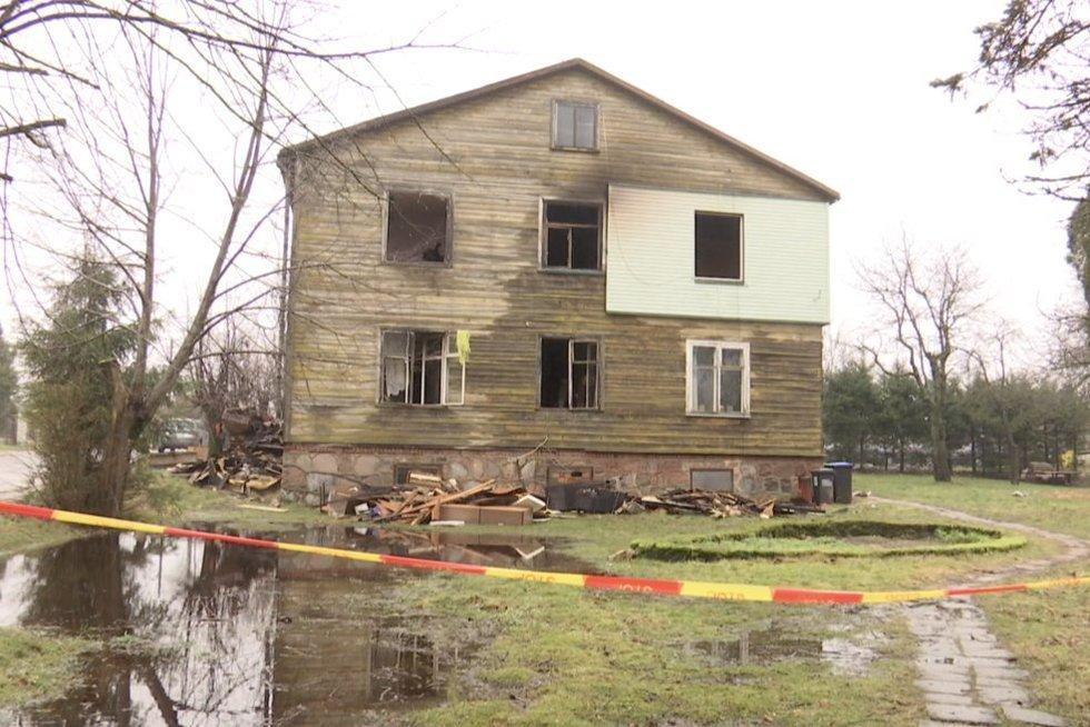 Vienas gaisras Kuliuose paliko 16 žmonių be namų (nuotr. stop kadras)
