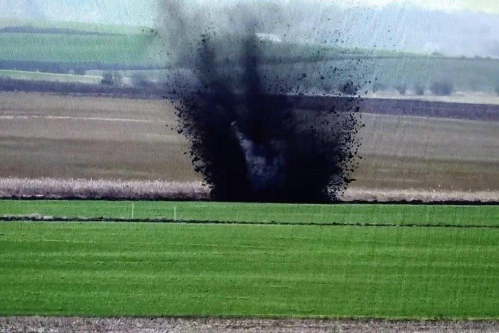 Nufilmuota, kaip pasienyje su Rusija sunaikintas pavojingas sprogmuo (nuotr. stop kadras)