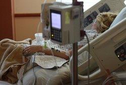 """Dėl koronaviruso vilnietis negali pamatyti mirštančios mamos: """"Galvoja, kad mes ją palikome vieną"""""""