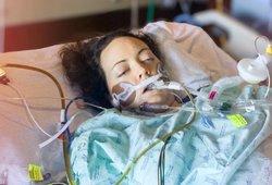 Bebaimės moters gimdymas baigėsi tragiškai: jai amputavo abi kojas, o kūdikis gimė negyvas