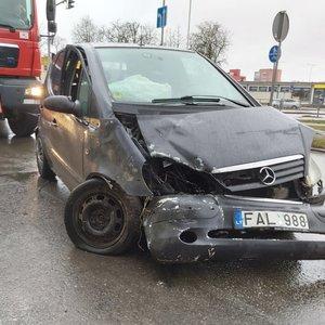 Į sankryžą išlėkusi per raudoną sukėlė avariją – abu vairuotojai ligoninėje