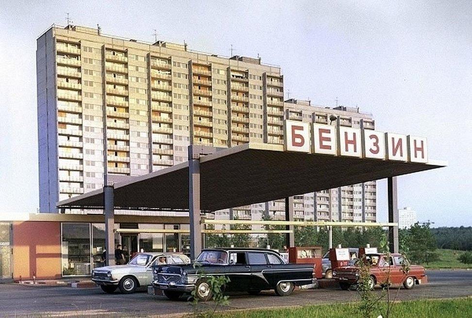 Sovietinė aplinka: gamyklos, degalinės ir kolūkiai (Wikimedia.org)