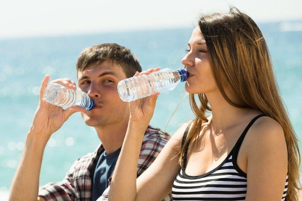 Geria vandenį (nuotr. 123rf.com)
