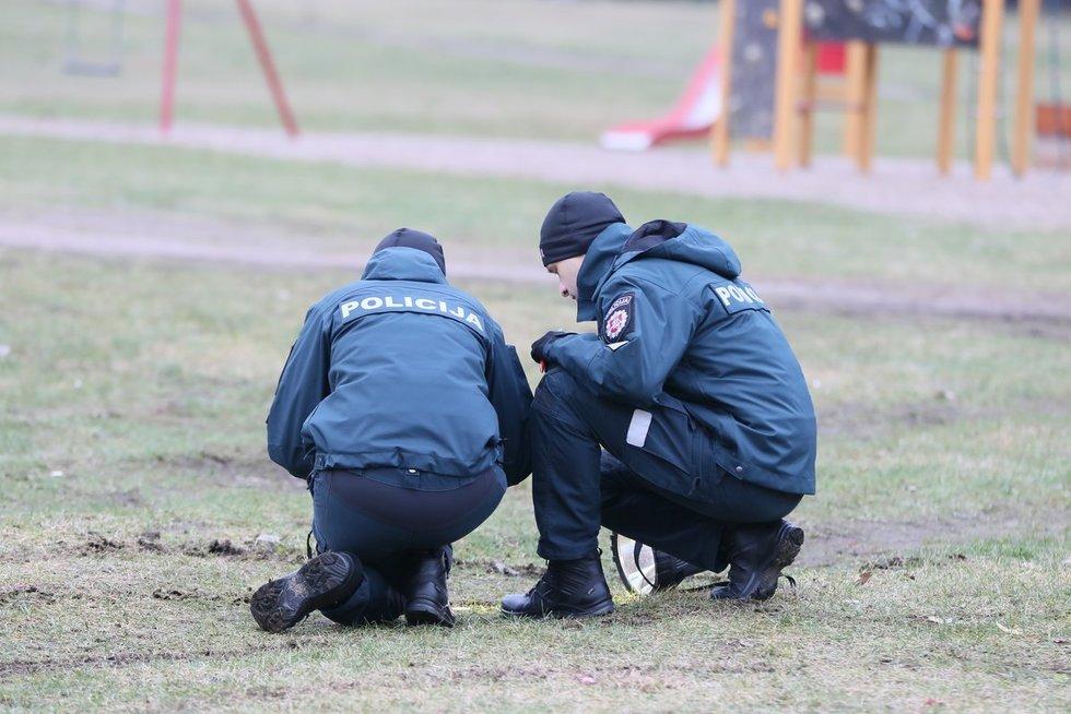 Galimo mergaitės pagrobimo vietoje dirba policijos pareigūnai (nuotr. Broniaus Jablonsko)