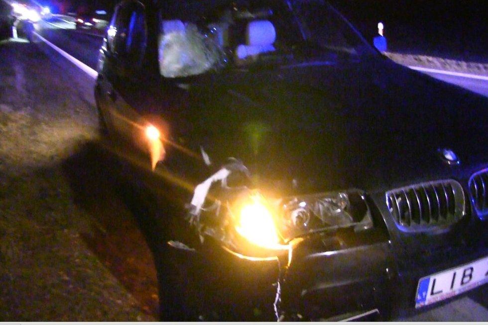 Krauju paženklintas vakaras Šiaulių rajone – BMW vairuotojas mirtinai partrenkė žmogų (nuotr. stop kadras)